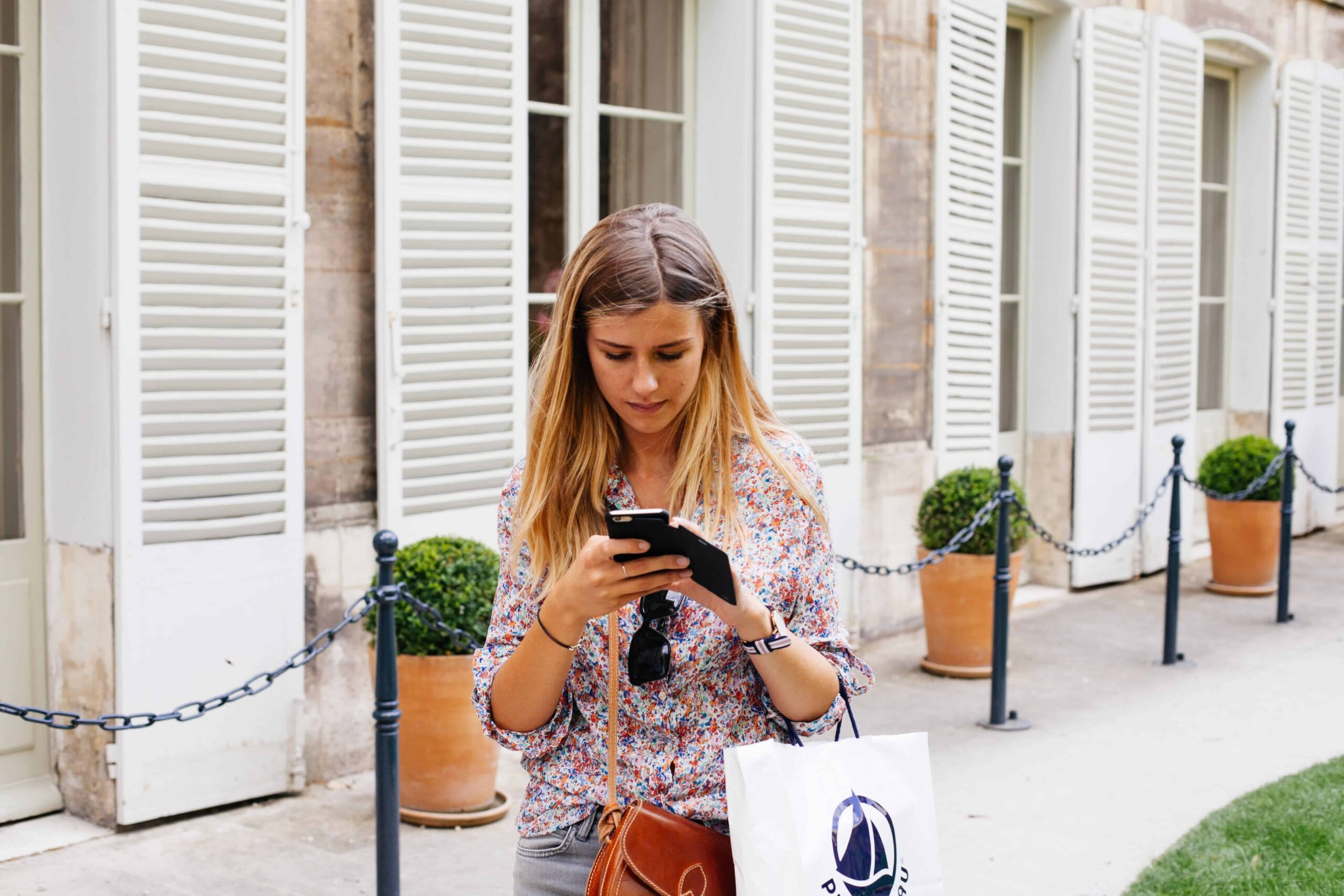 woman-shopping-on-smartphone