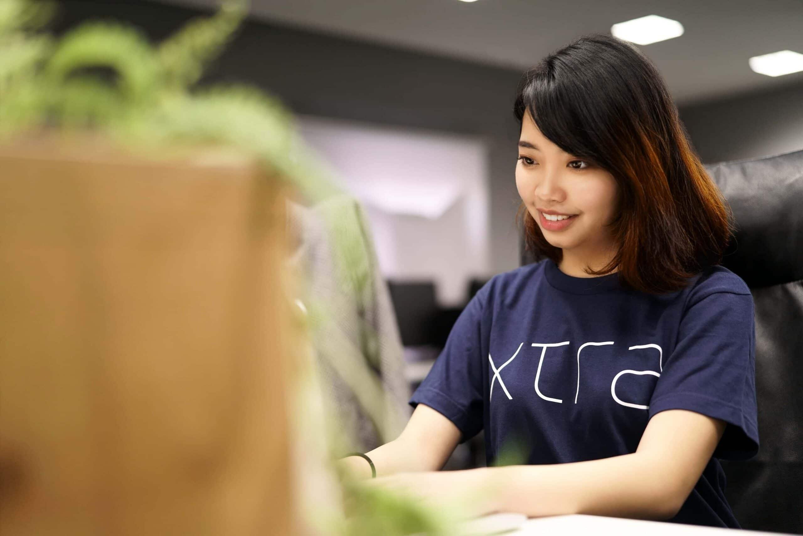 woman-smiling-at-computer